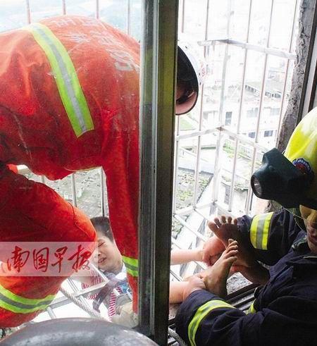 消防官兵正在紧张营救。南国早报记者 韦功兵摄