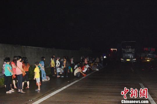 车辆相撞后乘客被迫下车。中新网记者 李正文摄