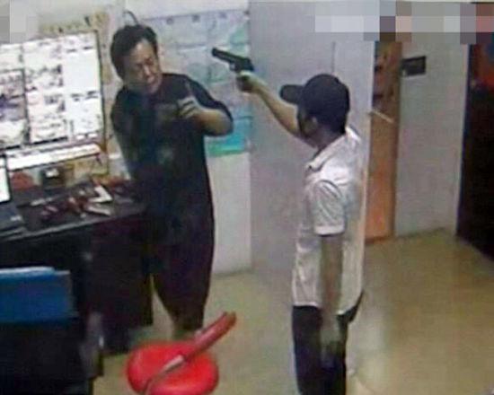 嫌疑人持枪抢劫游戏机室录像截图。警方供图