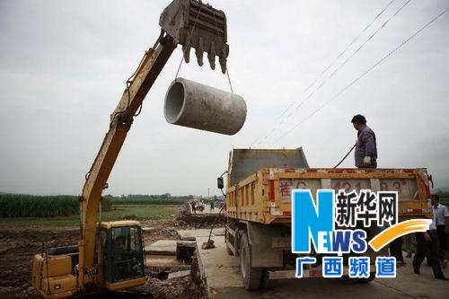8月20日,来宾市象州县组织人员在中平镇抢修被洪水冲毁的桥梁。新华社记者 龚坚摄