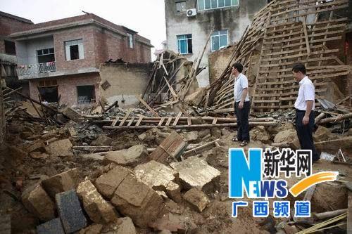 8月20日,来宾市象州县工作人员在核查因灾倒塌的民房。新华社记者 龚坚摄