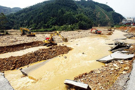 当地公路部门调集工程机械抢修水毁道路。南国早报记者苏华 摄
