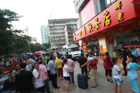 8月21日下午,警方到一口香快餐店进行清查。南国早报 邹财麟 摄