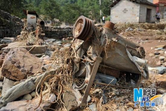 8月22日,贺州市富川瑶族自治县城北镇的被洪水冲毁的农用机械。新华社记者 陆波岸摄