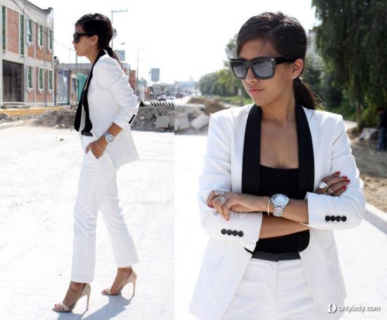 白色西服搭配黑色打底吊带
