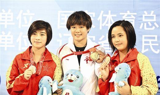 8月25日,黄小惠(左)与冠军、季军在颁奖典礼上合影。新华社发