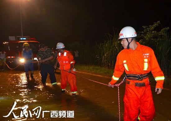 崇左一卡车卷入洪水司机被困30分钟后获救