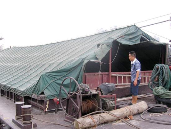甘书锦在自家货船上,正为缺失的17吨玉米的事情发愁 。南国早报记者周伟武摄
