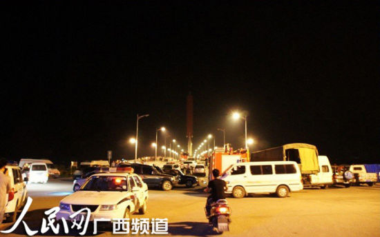 消防官兵和防汛工作人员前往搜救。人民网 记者韦廷彬 罗世立 摄