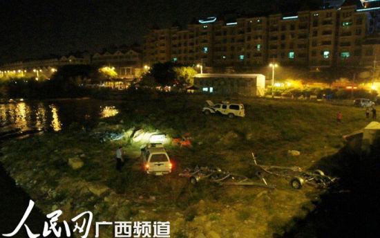 警方在开展搜救工作。人民网 记者韦廷彬 罗世立 摄