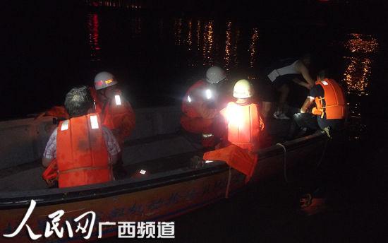 消防官兵在紧急救援。人民网 记者韦廷彬 罗世立 摄