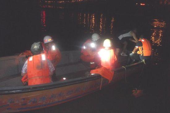 黄成勇等6人登船前去救人。陈羽华摄
