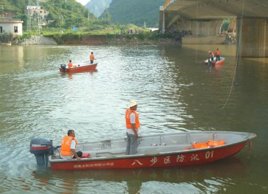 28日下午,搜救人员乘冲锋舟在贺州灵峰大桥附近水面来回搜救。南国早报记者 邓振福摄
