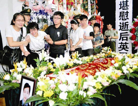 8月31日,亲属朋友在追悼大会现场挥泪送别落水救援行动中因公殉职者。新华社记者曾志 摄