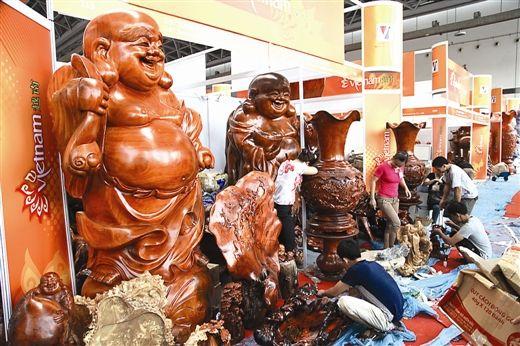 越南馆内的木质工艺品十分醒目。南国早报记者徐冰 摄