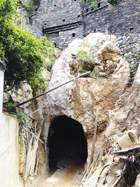 """山脚下挖出的""""防空洞""""。南国早报记者唐晓燕 图"""