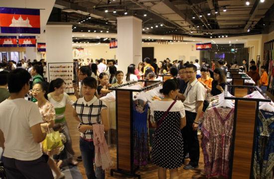 图为市民在柬埔寨馆选购商品。新浪乐居 图