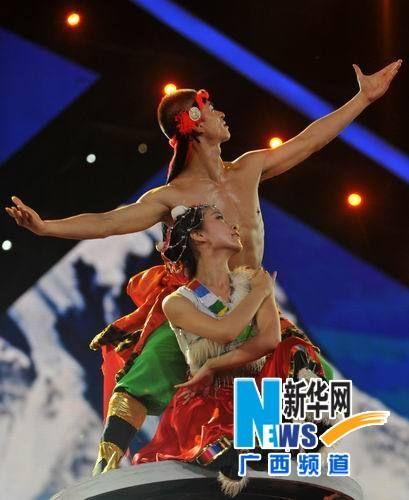 两名演员在表演民族歌伴舞节目《天堂》。 新华社记者陆波岸 摄