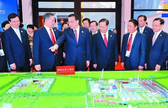 李克强在参观中国-东盟博览会展馆。 图片来源:新华社