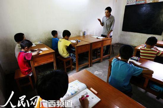 孩子们正在听老师讲课 人民网记者王勇摄
