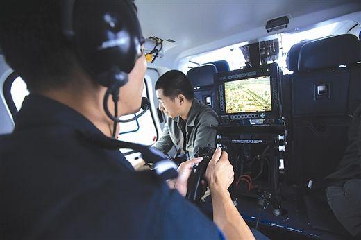 直升机上的任务员将实时路况发送到交警部门。南国早报记者邹财麟 摄