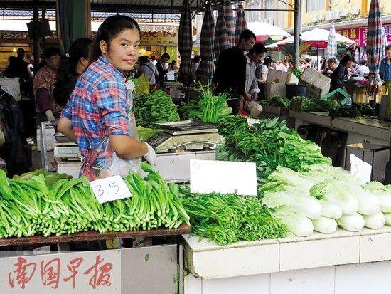 在南宁市淡村市场,蔬菜价格近段时间上涨不少。南国早报记者赖武慧摄