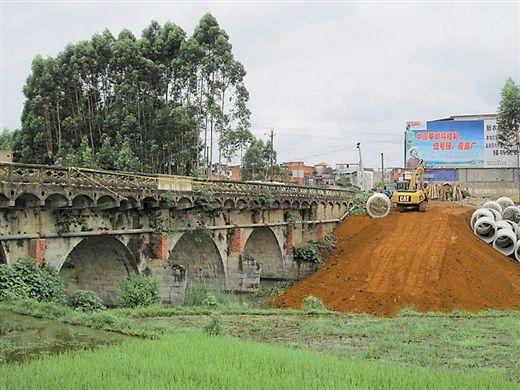 当地采取折中办法,修建一条便桥供车辆通行。 南国早报记者周如雨 图