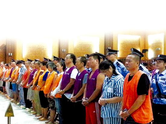 首批46名涉嫌传销的被告人被押上法庭。南国早报记者庾琳 通讯员蔡梦婕 图