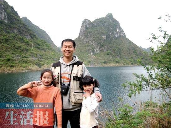 之前,马克和他帮助过的孩子们合照。(资料图片)1