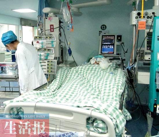 马克在ICU重症室内躺着。2