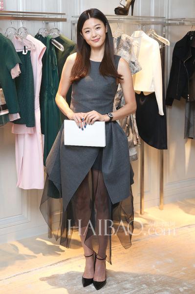 全智贤以中分披肩长发、白色长方形手包、黑色系带尖头高跟鞋来配搭迪奥 (Dior) 拼接连衣裙