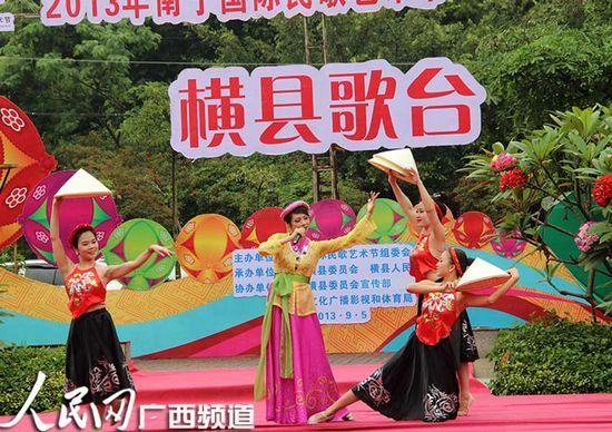 越南年轻人剧院艺术团表演越南民族歌舞