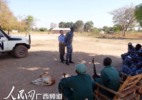 中国维和警队警察为当地警察授课。