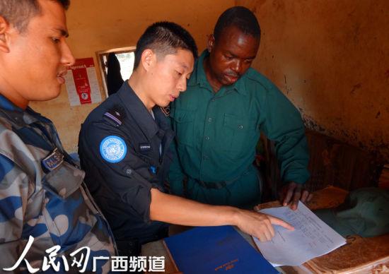 中国维和警队警察与当地警察核查案卷资料。