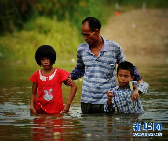 藤县古龙镇陈平小学生30年涉水求学路