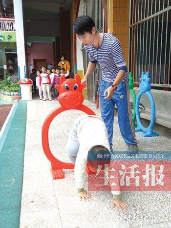 南宁一幼儿园的男幼师正在上课。(刘黎敏 供图)