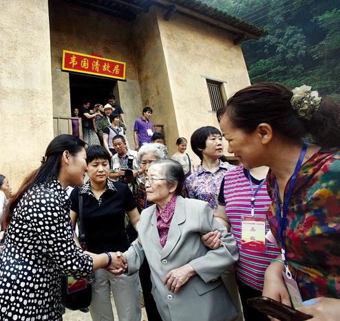 韦国清夫人许其倩来到东兰县三石镇弄英村,参观韦国清故居。g