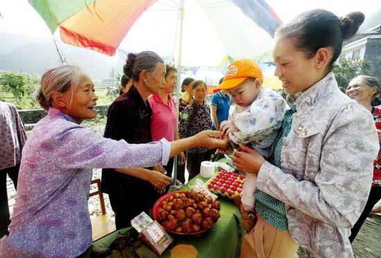 当地村民自发制作了罗米饭、糍粑等美食,免费给游客品尝。g