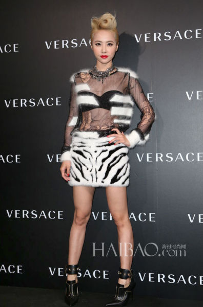 蔡依林着Versace朋克风拼接套裙亮相