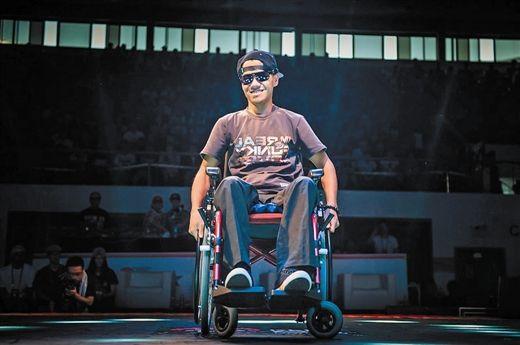 坐在轮椅上的沈科琦依然充满自信