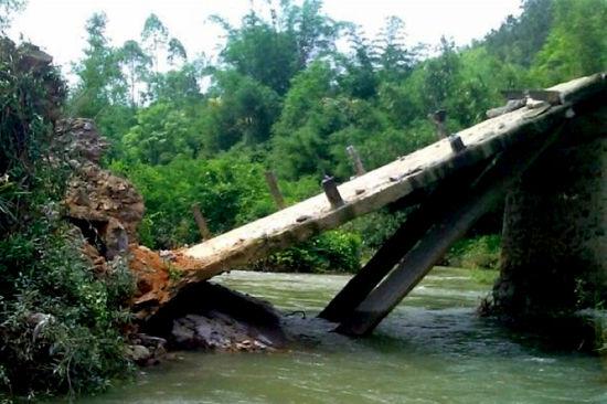 图为网友拍摄的被洪水冲毁损坏后拆除的原桥梁。