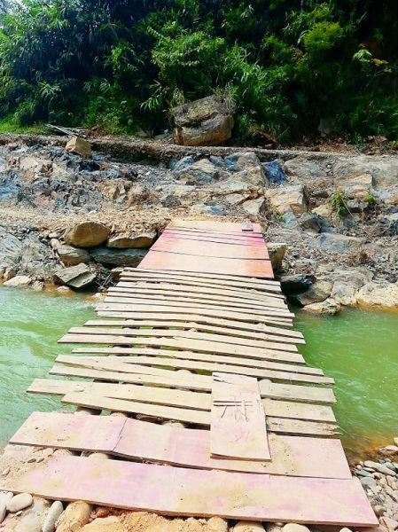 村民搭建的简易桥。南国早报记者莫义君 摄