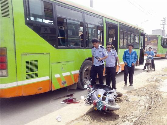 交警正在勘察事故现场。南国早报记者陈维 摄