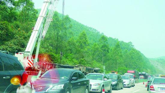 15日,在波寨路段,一辆侧翻大货车,将柳州至桂林方向路段堵死。南国早报记者陶海华 摄