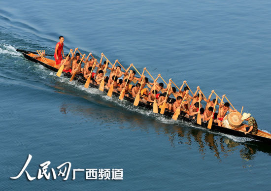 参赛龙舟队在融江融安县城江面上你追我赶。人民网通讯员邓丽婷 摄