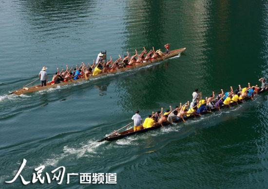 9月15日,两支参赛龙舟队在融江融安县城段江面上你追我赶,奋勇争先。