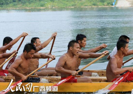 9月15日,参赛龙舟队员在融江融安县城段江面上奋力划桨。人民网通讯员谭凯兴 摄