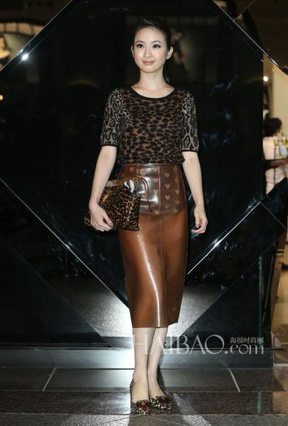 林依晨几乎照搬了Burberry Prorsum 2013秋冬系列秀场款的全套裙装