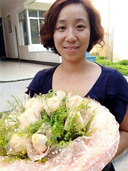 采访期间,戴丽霞曾经的学生返校探望她,并赠上鲜花(受访者供图)