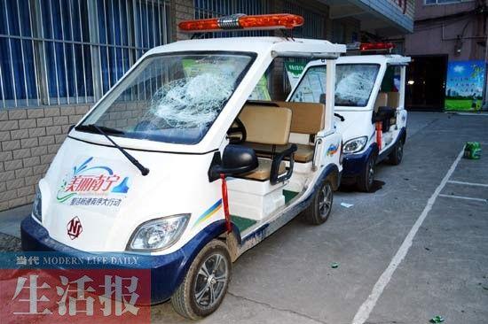 被砸的两辆城管电瓶车。当代生活报记者蒋涛 图